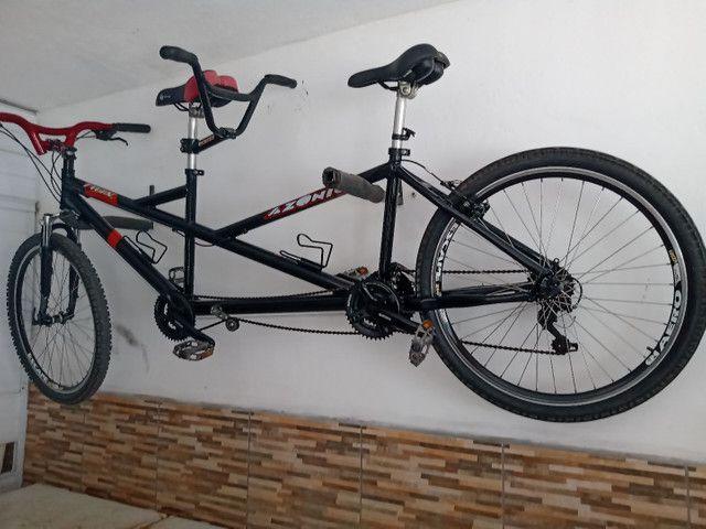Bicicleta para duas pessoas.