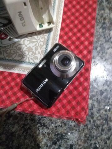 Câmera fotográfica Fujifilm com carregador e pilhas - Foto 5