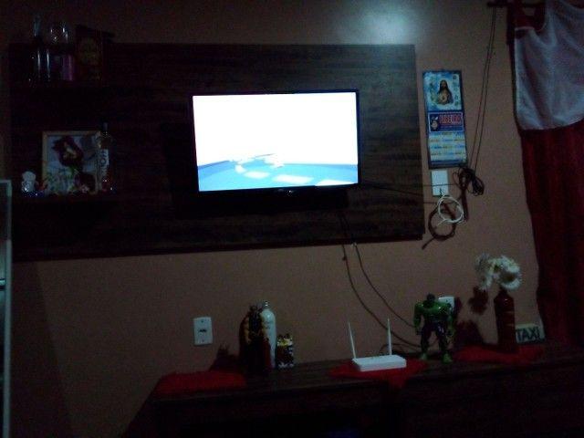 Um painel  de TV e um cabeceira de cama  e um tv de 32 - Foto 2