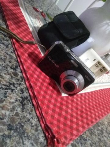 Câmera fotográfica Fujifilm com carregador e pilhas - Foto 4