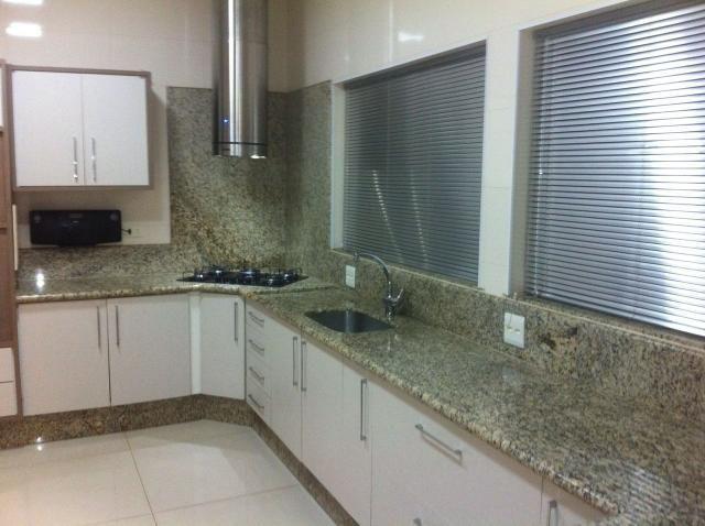 Casa nova com 4 suítes em bairro nobre - Foto 3