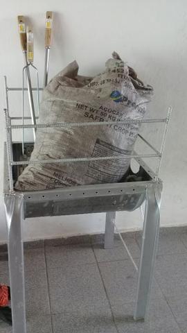 Vende-se Churrasqueira com carvão e três espetos - Foto 2