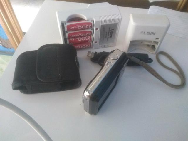 Câmera fotográfica Fujifilm com carregador e pilhas - Foto 6
