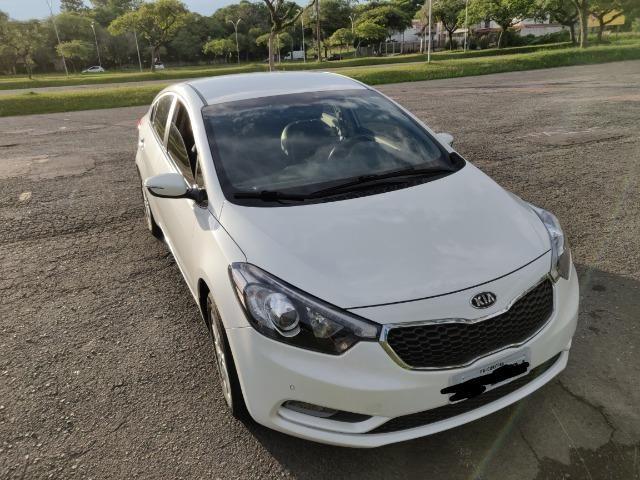 Kia Motors Cerato modelo 2015 sem detalhes cor Perola Lindo. Baixissima km