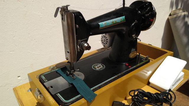 Máquina de costura antiga elétrica 220v+maleta portátil - Foto 6
