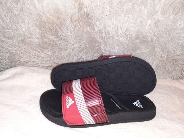9 8 6 0 0 - 1 0 2 1 * Chinelo slide Adidas preto vermelho  - Foto 3