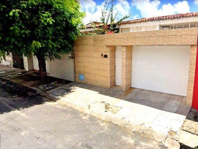 Casa plana com 3 quartos, 2 vagas de garagem, próximo avenida José Leon
