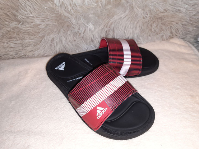 9 8 6 0 0 - 1 0 2 1 * Chinelo slide Adidas preto vermelho