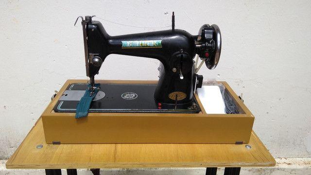 Máquina de costura antiga elétrica 220v+maleta+mesa - Foto 3