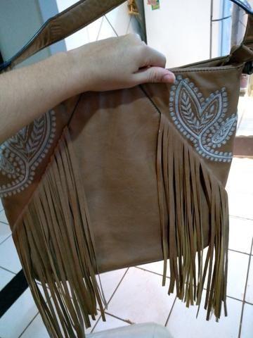 Passo cartão, vendo bolsa de franjas em couro sintético