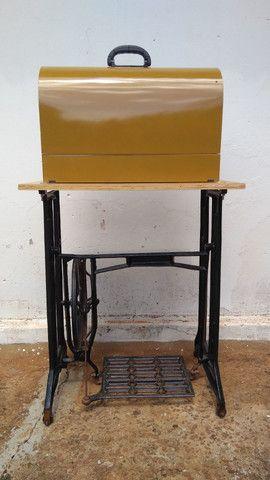 Máquina de costura antiga elétrica 220v+maleta+mesa - Foto 2