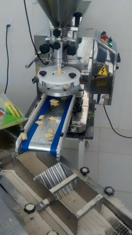 Maquina de fazer salgados formadora bralyx faz 7.000 por hora vendo urgente. varios tipos