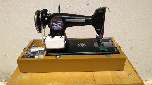 Máquina de costura antiga elétrica 220v+maleta+mesa - Foto 5