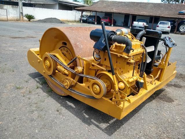 Rolo compactador de arrasto motorizado