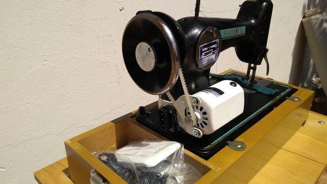 Máquina de costura antiga elétrica 220v+maleta+mesa - Foto 4