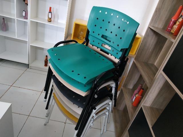 Cadeiras fixas coloridas