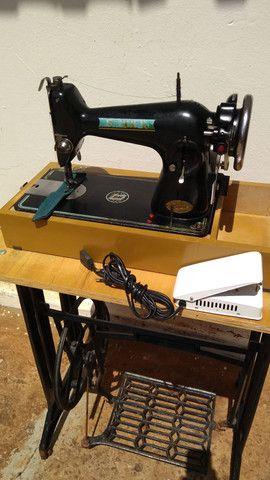 Máquina de costura antiga elétrica 220v+maleta+mesa - Foto 6