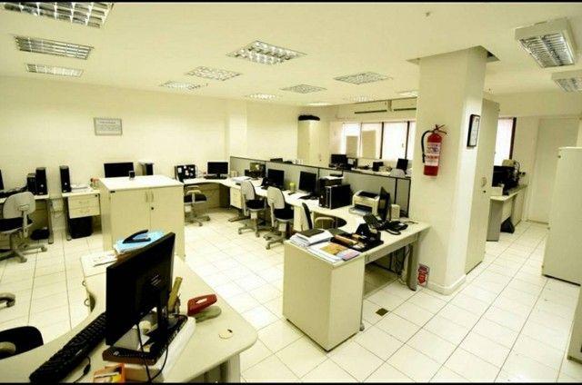 Edf. ÔMEGA. Sala com 110,40m². Mobiliada. 3 garagens. 3 banheiros! Av. Tancredo Neves. Opo - Foto 2