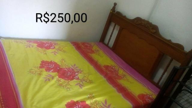 Cama casal madeira + cama solteiro + colchão solteiro