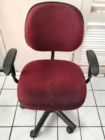 Cadeira para escritório giratoria com ajuste de altura e braços
