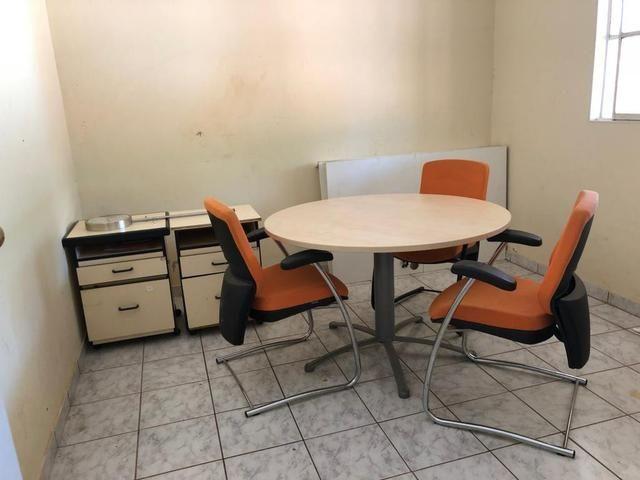 1 Mesa de reunião, 4 cadeiras e 2 gaveteiros