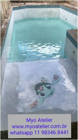 Golfinho mosaico, tartaruga mosaico, fundo de piscina