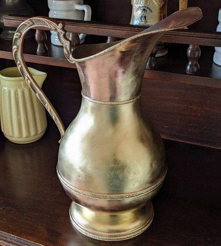 Linda jarra antiga material bronze e cobre