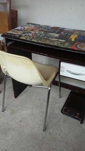 Mesa de computador mais cadeira