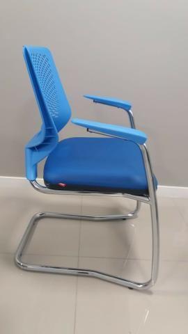 Cadeira Base Fixa Executiva Beezi Pé Contínuo E Braços Cromados - AZUL - Foto 2