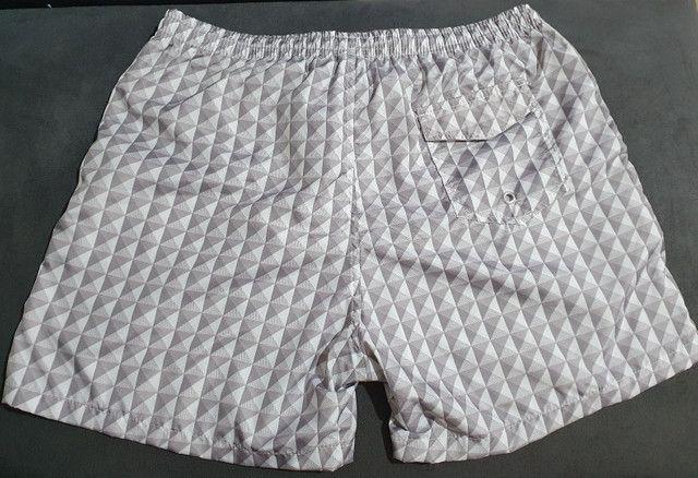 Shorts moda praia estampado cinza - Foto 3