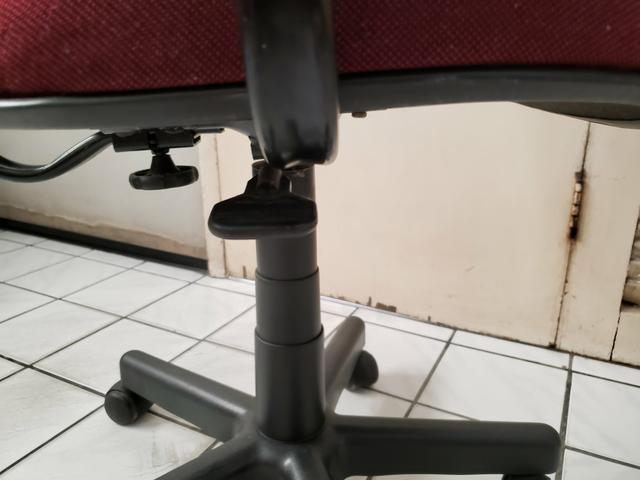 Cadeira para escritório giratoria com ajuste de altura e braços - Foto 4