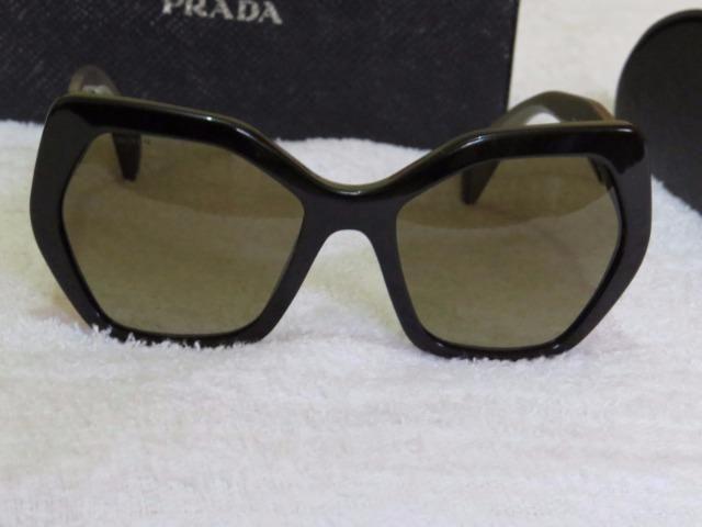 74693a12d84be Óculos de Sol Prada SPR 16R 56 Preto com Marrom Original ...
