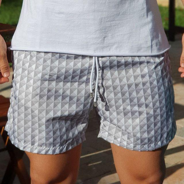 Shorts moda praia estampado cinza