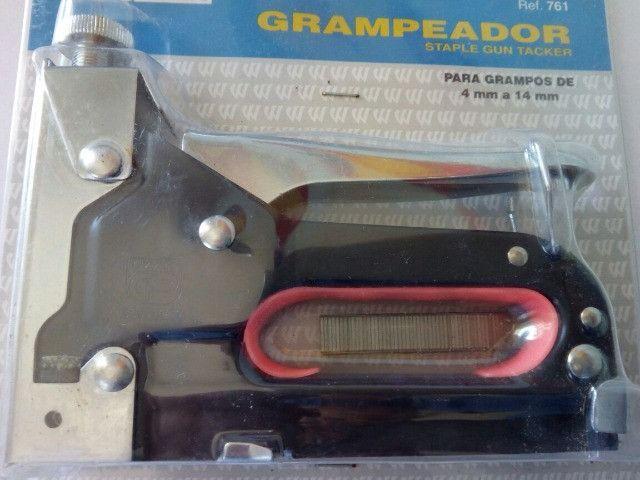 Grampeadeira Tapeceiro Grampeador Estofador Artesanato Cortiça manual oferta - Foto 3