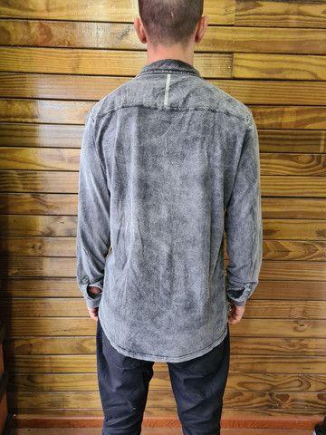 Camisa Calvin Klein estonada marmorizada - Foto 2