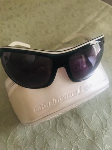 0b23499a7 Óculos chilli beans preto e branco em perfeito estado com estojo ...