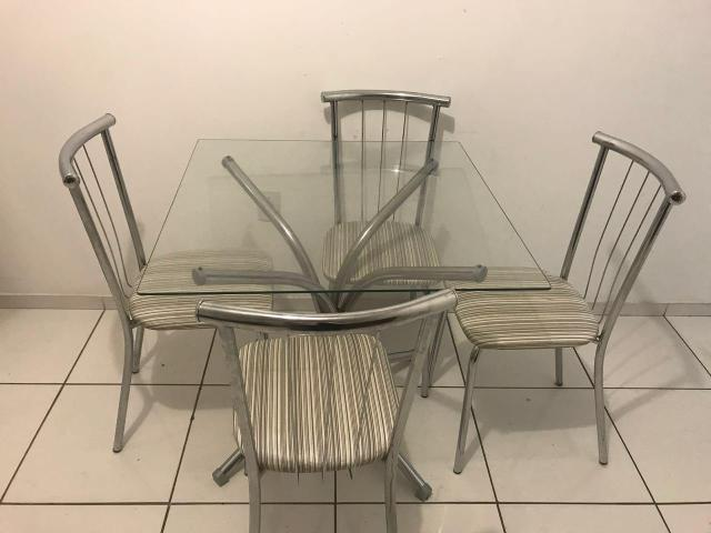 Mesa 4 cadeiras de ferro tampo de vidro
