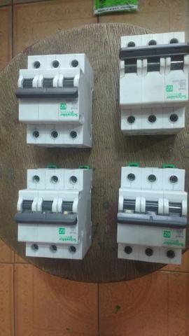 Vendo 3 disjuntores tripolar 25 A e 2 tripolar de 50A