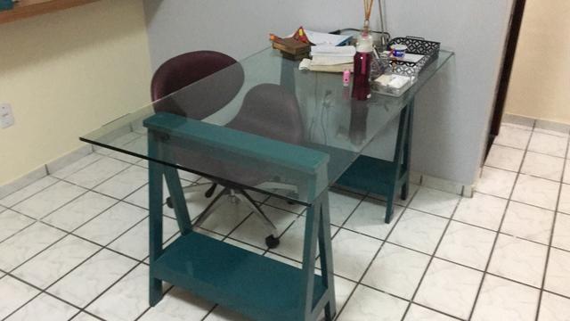 Mesa com cavaletes e vidro mesa linda