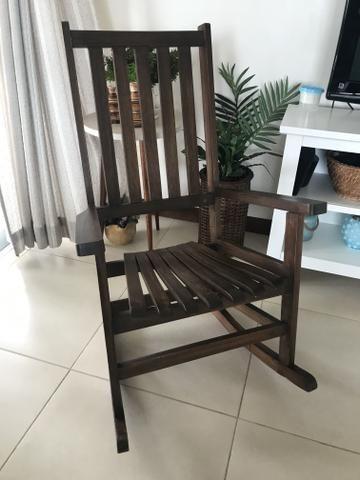 Cadeira de balanço de madeira usada