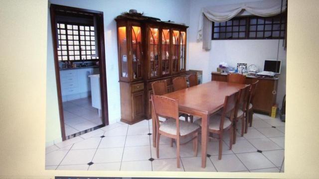 Cristaleira com mesa de 8 cadeiras
