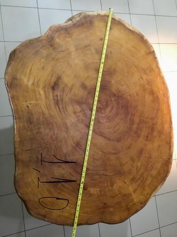 Mesa rústica com tampo e base de jaqueira