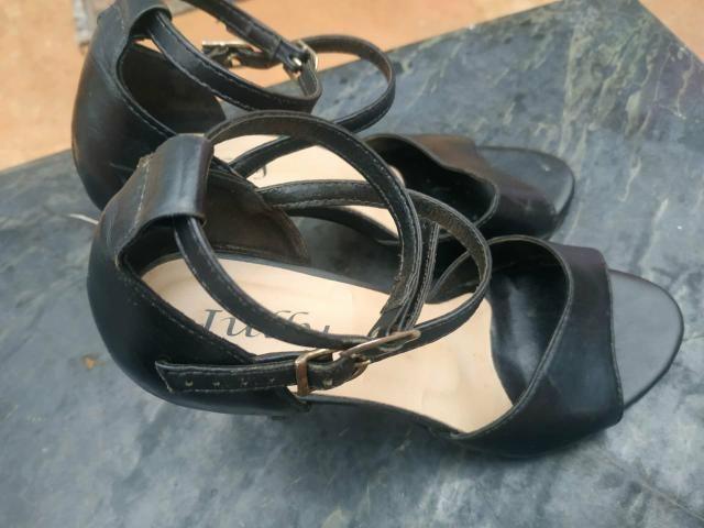Sandálias de Salto usadas ( 25 reais cada par) - Foto 5