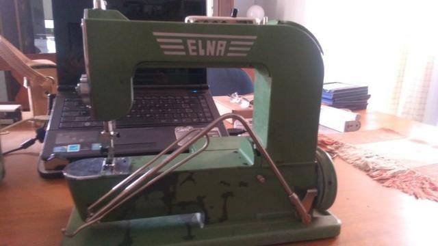 Máquina De Costura Elétrica Antiga, Com Maleta De Metal - Foto 2