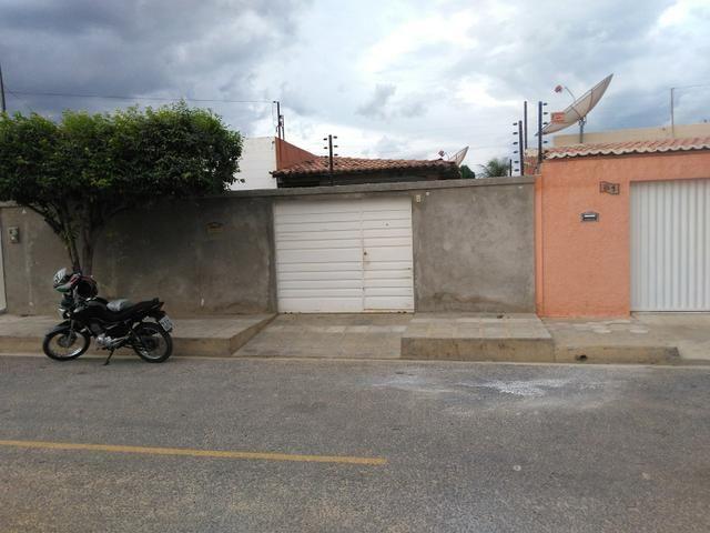 Vendo casa em rua asfaltada com excelente vizinhança - Foto 2