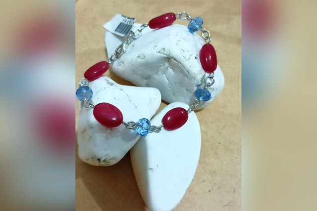Pulseira prata leve com pedras vermelhas