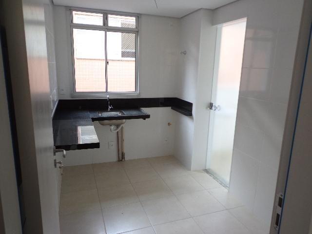 Apartamento com aproximadamente 72,80 m² com sala para 2 ambientes, 03 quartos sendo 01 su