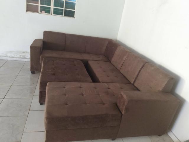Sofá planície com puf central