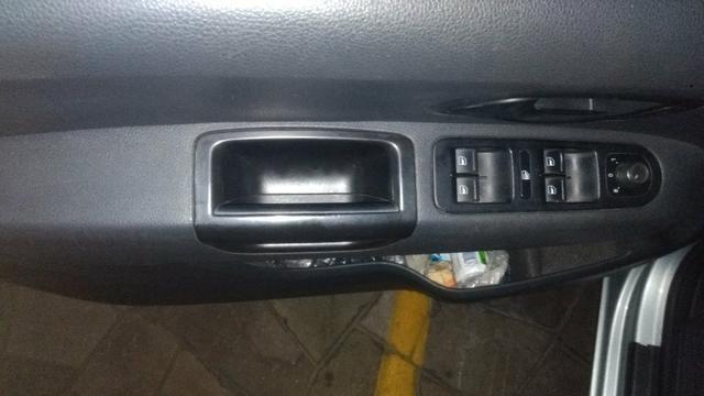 VW Amarok cab dupla - baixa km - modelo novo - manual e chave reserva - Foto 10