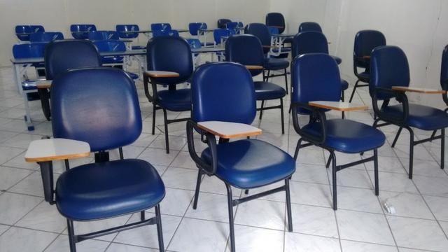 Carteiras escolares e mesas de recepção